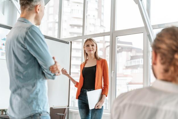 Ondernemers bijeen op kantoor samen te werken