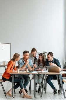 Ondernemers bijeen op kantoor werken