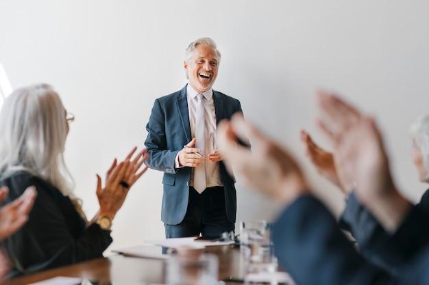 Ondernemers brainstormen in een vergadering