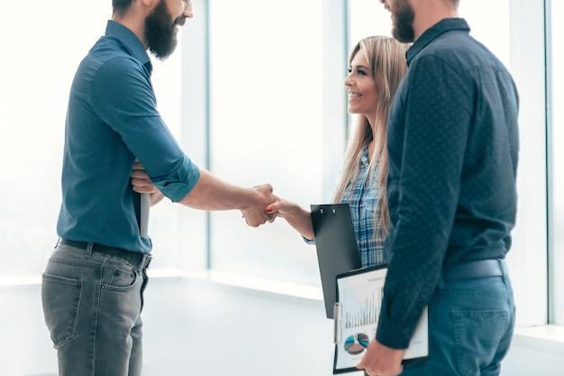 Ondernemers elkaar de hand schudden.