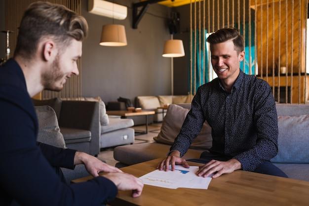 Ondernemers feliciteerden zichzelf met hun vooruitziende blik in café.