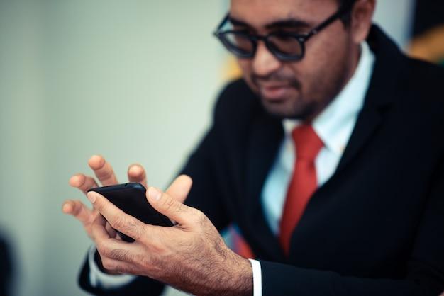 Ondernemers gebruiken een smartphone in online zakendoen, moderne online bedrijfsconcepten