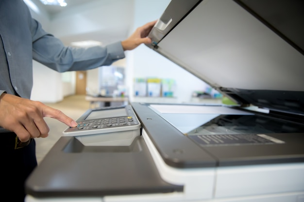 Ondernemers gebruiken fotokopieerapparaat.