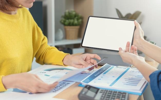 Ondernemers handen met behulp van computertablet met leeg scherm. mock-up van tabletcomputermonitor. kopieer ruimte klaar voor ontwerp of tekst.