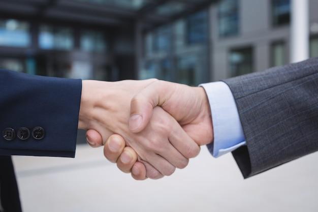 Ondernemers handen schudden
