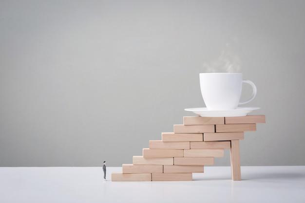 Ondernemers hebben koffie nodig. koffiekopje op houten trap. koffie van arbeider