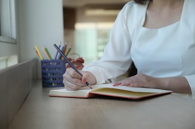 Ondernemers maken notities om afspraken te beheren om op kantoor te werken.