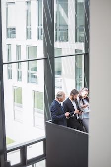 Ondernemers met behulp van mobiele telefoon en digitale tablet