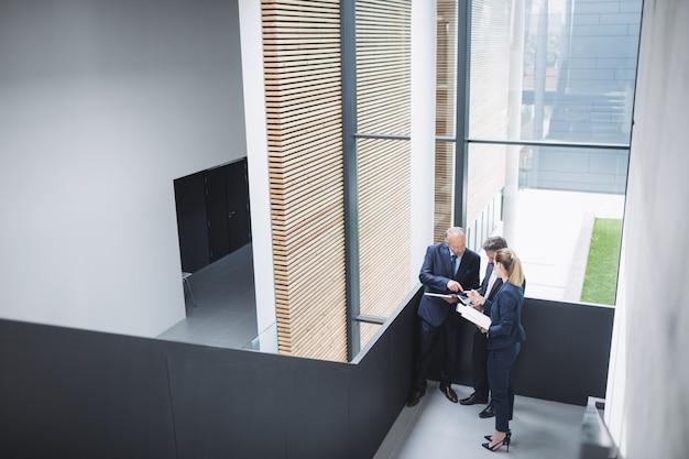 Ondernemers met een discussie in kantoor