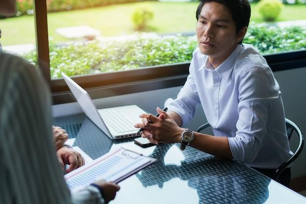 Ondernemers onderhandelen over voorwaarden en bepalingen voordat ze een zakelijke samenwerkingsovereenkomst ondertekenen