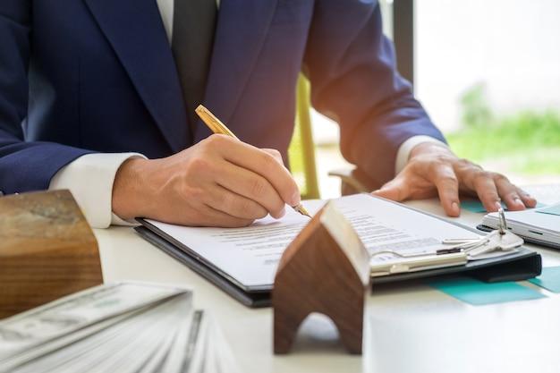 Ondernemers ondertekenen een huiskoopcontract