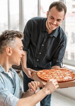 Ondernemers op lunchpauze pizza eten