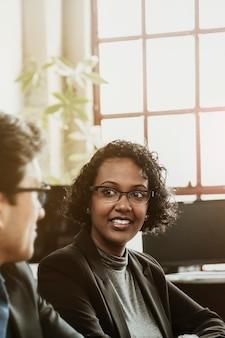 Ondernemers praten in een vergaderruimte