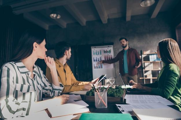 Ondernemers specialisten ceo baas chef dragen vrijetijdskleding bijeenkomst luisteren naar presentator financiële kapitaal voortgangsanalyse