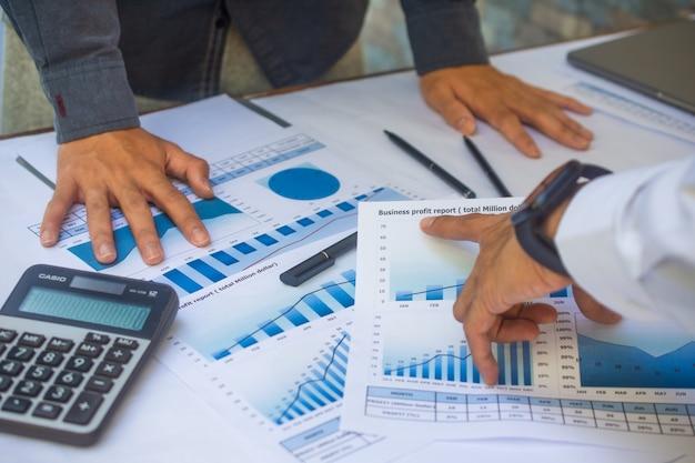 Ondernemers teamvergadering rapport bedrijfswinst resultaat in kantoor