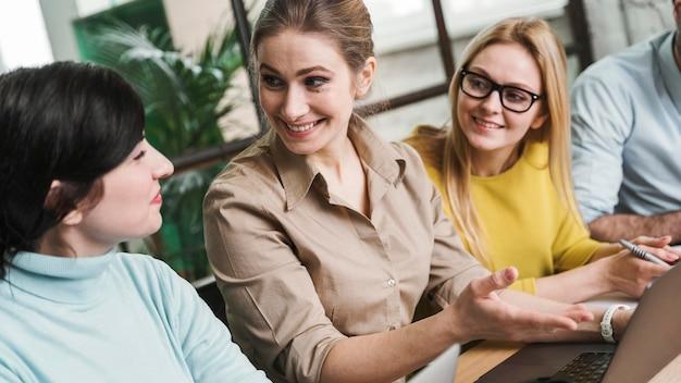 Ondernemers tijdens een vergadering binnenshuis met behulp van laptop