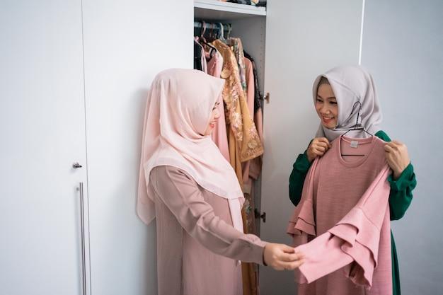 Ondernemers van moslimvrouwen pronken met nieuwe gewaden aan consumenten