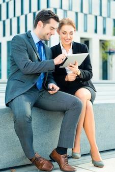 Ondernemers werken buiten met tablet pc