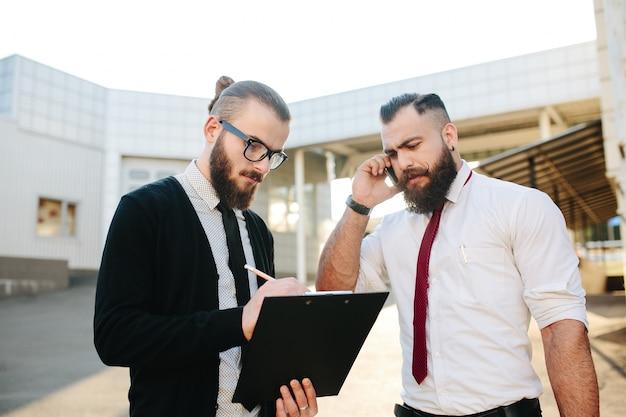 Ondernemers werken met klembord