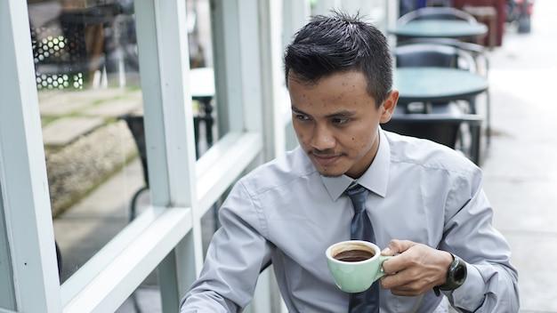 Ondernemers werken op computers koffie drinken en glimlachen