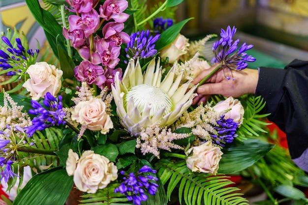 Ondernemersvrouw die in de bloemenwinkel werkt