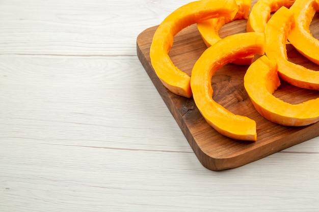Onderste helft weergave gehakte butternut squash op snijplank op grijze tafel vrije ruimte