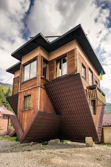 Ondersteboven huis in boekovel, oekraïne