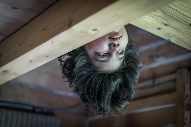 Ondersteboven jongen in houten huisje