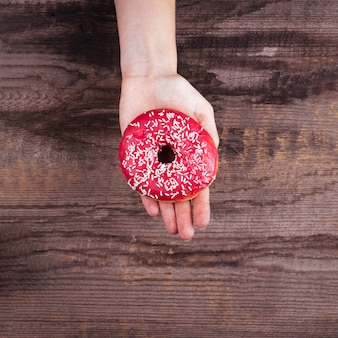 Ondersteboven palm met een donut