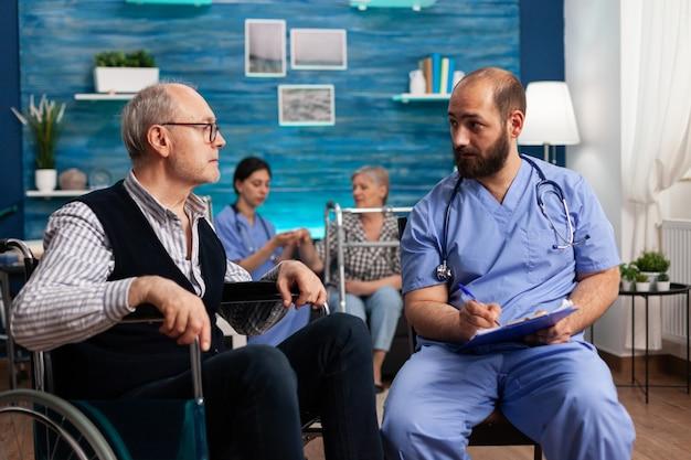 Ondersteuning assistent man werknemer schrijven medicatie behandeling op klembord