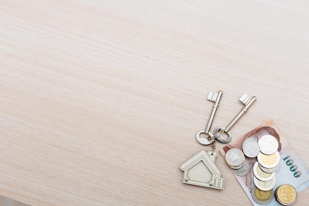 Ondertekend contract en sleutels van het pand met documenten