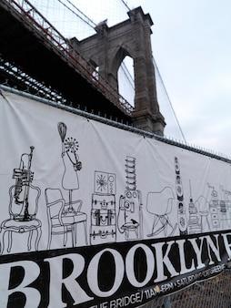 Ondertekenen onder brooklyn bridge, new york, vs.