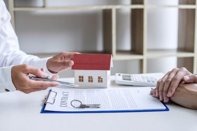 Ondertekening van een contract koop - verkoop, verzekeringsagent die analyseert over investeringen in eigen land