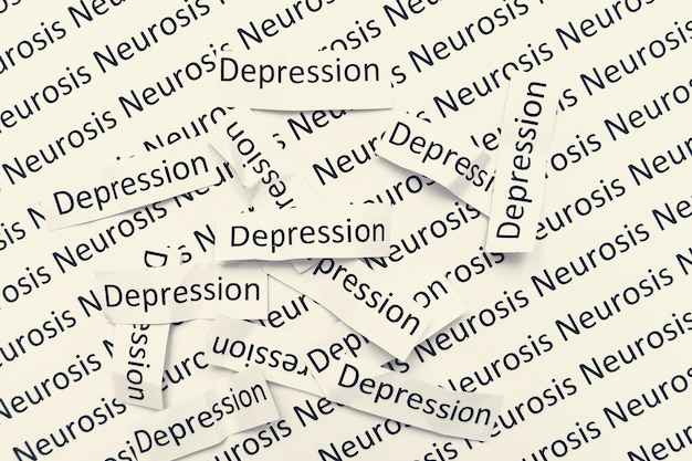 Ondertekent woorden depressie liggend in een puinhoop op een papier met neurose teken