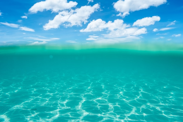 Onderwater en wateroppervlak met sky