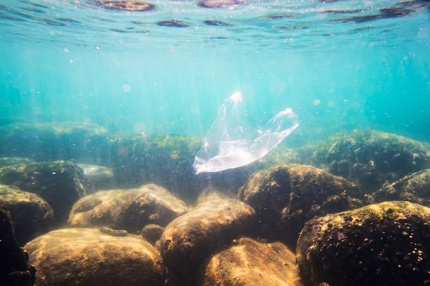 Onderwater plastic zakvervuiling in de oceaan. slechte ecologie van zeewater. milieuvervuiling. afval onder water.
