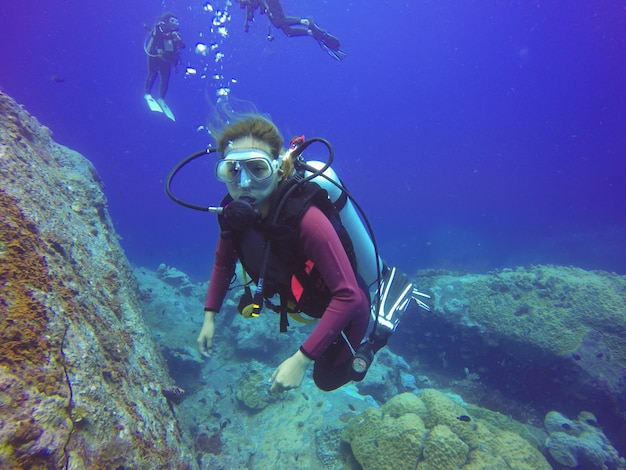 Onderwater scuba diving selfie shot met selfie stick. diepe blauwe zee. wide angle shot.