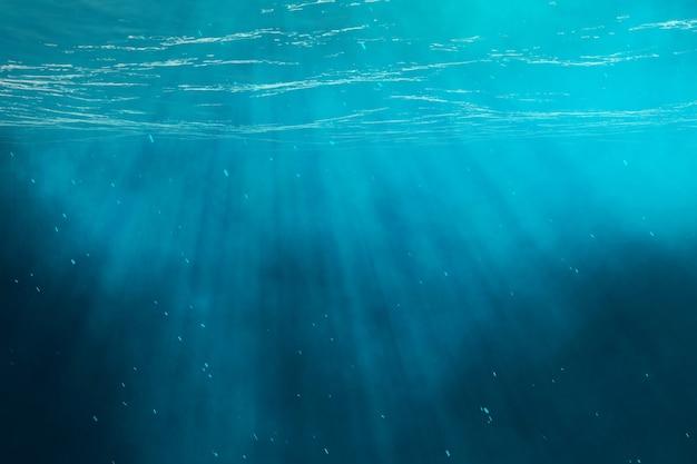 Onderwater zee, oceaan met lichtstralen.