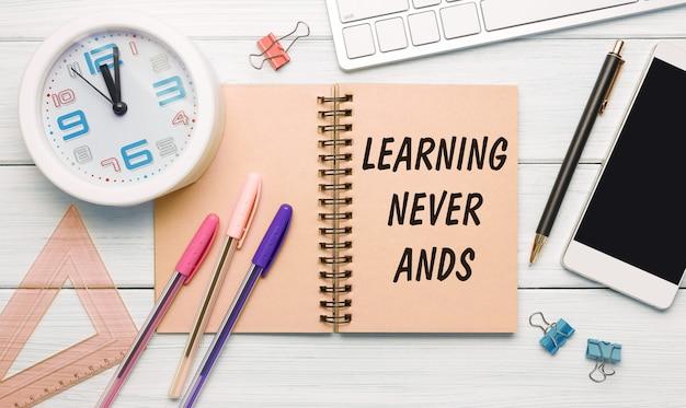 Onderwerp expert - een inscriptie op een notebook op een tafel met een klok en kantoorbenodigdheden.