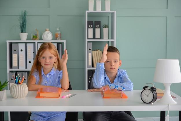 Onderwijs basisschool leren en mensen concept groep schoolkinderen met pennen en p