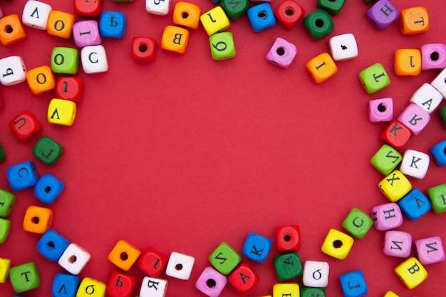 Onderwijs concept. kleurrijke blokken met letters op rood. kopieer ruimte.