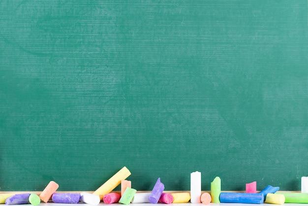 Onderwijs concept. krijtbord en kleurkrijt