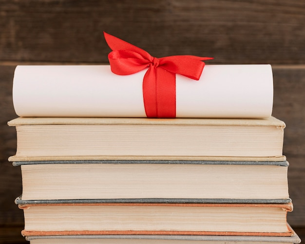 Onderwijs diploma certificaat op een stapel boeken