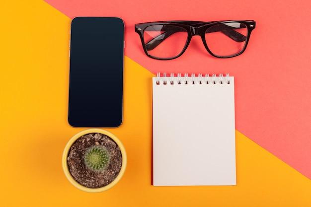 Onderwijs en werk concept, bovenaanzicht shot van werkplek.