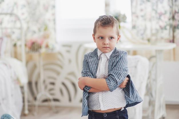 Onderwijs, jeugd, mensen, huiswerk en school concept. trieste jongen in school jas