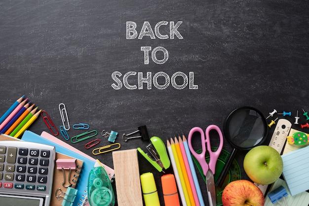 Onderwijs of terug naar school concept op schoolbordachtergrond. plat leggen.