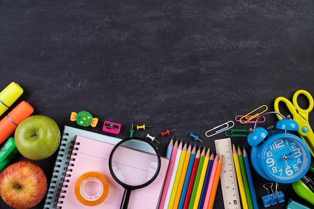 Onderwijs of terug naar school concept op schoolbordachtergrond