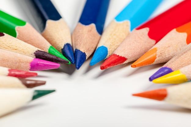 Onderwijs of terug naar school concept. sluit omhoog macro van kleurenpotlood dat wordt geschoten