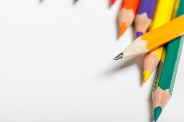 Onderwijs of terug naar school concept. sluit omhoog macroschot van copsyspace van het kleurenpotlood