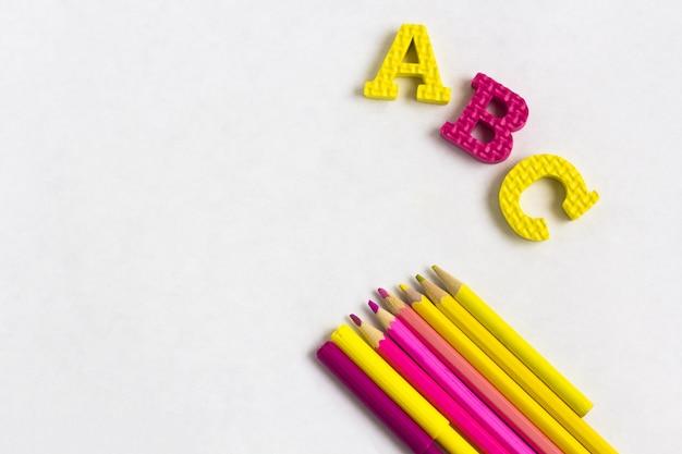 Onderwijs of terug naar school. kleurrijke schoolbenodigdheden op wit